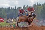 Du Latvijos motociklų su šoninėmis priekabomis ekipažai  ant garbės pjedestalo Kegume (Latvija)